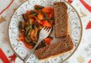 Замороженная стручковая фасоль, тушёная с чесноком и овощами